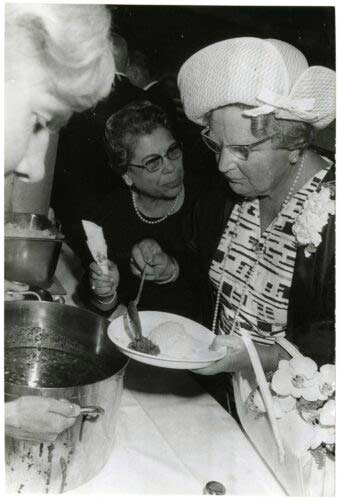 Tante Truus serveert koningin Juliana nasi rames
